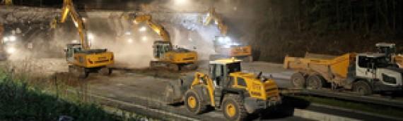 16 máquinas de construcción trabajando de noche para demoler dos puentes sobre la autopista A3 en Weibersbrunn, Baviera